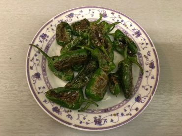 Pimientos de Padron ready to be served (© cadwu)