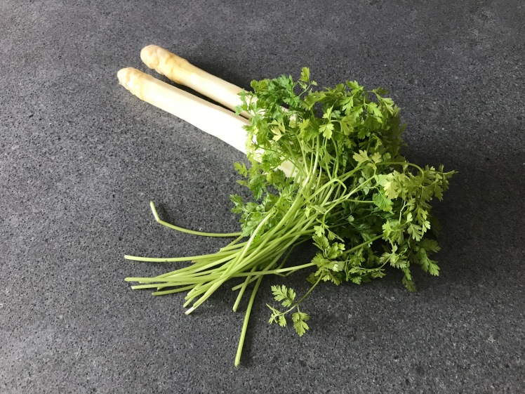 Steamed white asparagus and fresh chervil © cadwu