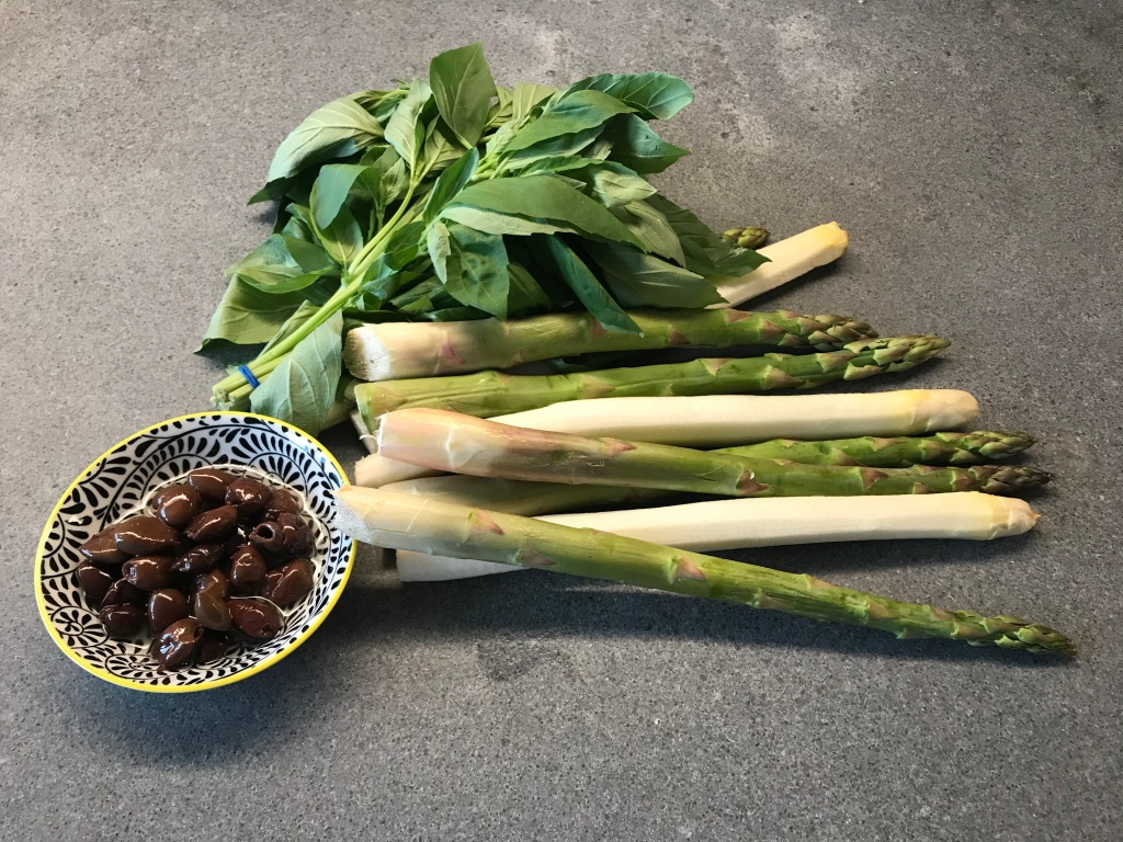 Ingredients of Asparagus with Basil and Olives © cadwu